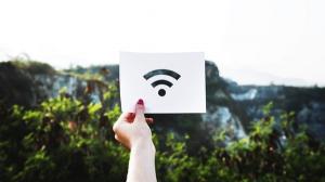 Municipalitatile din Romania pot aplica pentru Wi-Fi gratuit in spatiile publice. Primul venit, primul servit!