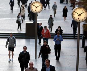 Aproape 53% dintre romani lucreaza seara, noaptea sau in week-end