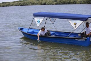 Patrula Zero Plastic a a inceput sa stranga plasticul plutitor de pe canalele Deltei Dunarii