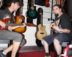 Yamaha aduce la Bucuresti singura expozitie ambulanta de instrumente muzicale din ECE Caravana